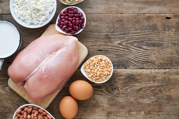 Aliments riches en protéines sur fond de bois ancien