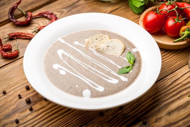 Aliments sains aliments beaux et savoureux sur une assiette