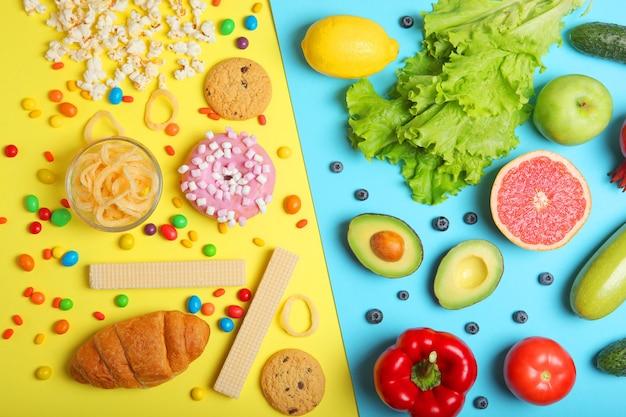 Aliments sains et aliments malsains sur fond coloré vue de dessus en gros plan