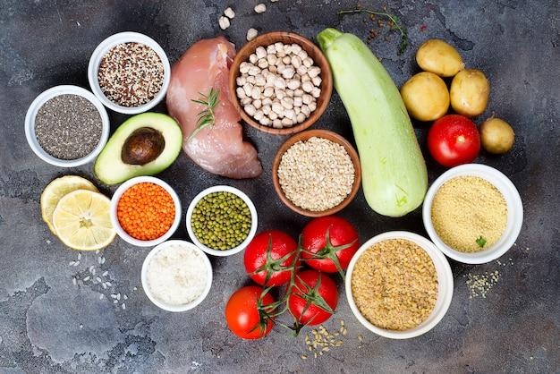 Aliments sains biologiques une sélection d'aliments propres comprenant certaines protéines empêche
