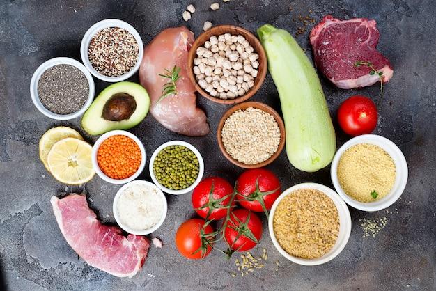 Aliments sains biologiques une sélection d'aliments sains comprenant certaines protéines prévient le cancer