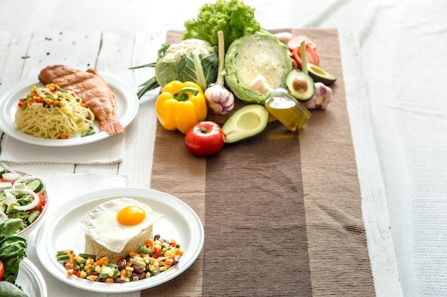 Des aliments sains biologiques sur la table à manger