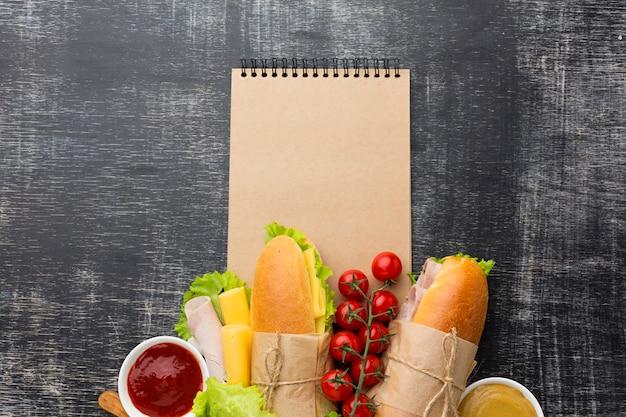 Aliments sains sur bloc-notes vide