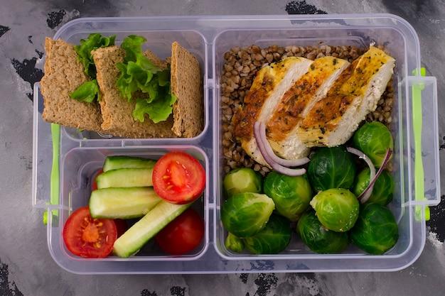 Aliments sains et diététiques dans des boîtes. filet de poulet, bouillie de sarrasin