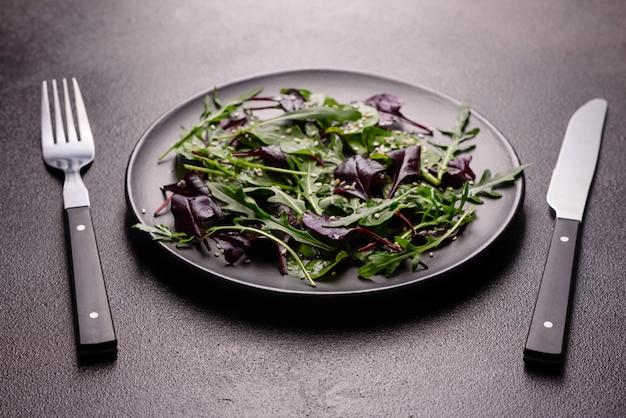 Aliments sains, mélange de salade avec roquette, épinards, sang de taureaux, feuilles de betterave et micro-légumes.