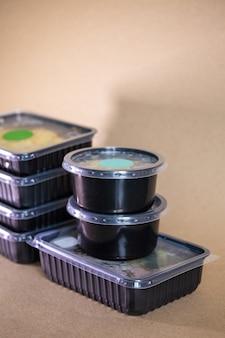 Aliments sains quotidiens dans des conteneurs. livraison de nourriture.