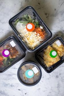 Aliments sains quotidiens dans des conteneurs. vue de dessus de la livraison de nourriture