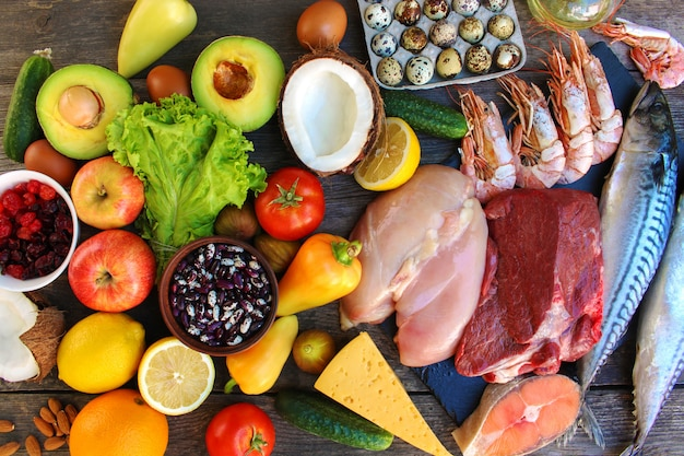 Aliments sains sur vieux bois. concept de bonne nutrition. vue de dessus. lay plat.