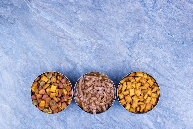 Aliments secs et humides pour animaux sur fond gris