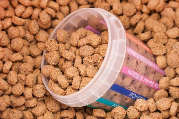 Aliments secs pour animaux de compagnie avec verre mesuré