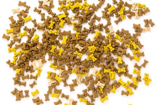 Aliments secs pour animaux isolés sur fond blanc