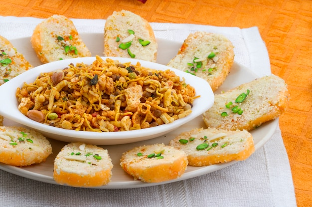 Aliments sucrés indiens sena toas et namkeen