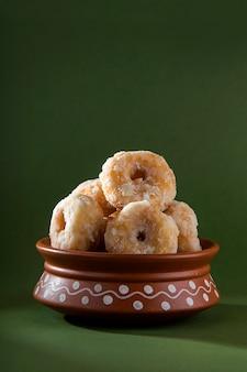 Aliments sucrés traditionnels indiens balushahi sur fond vert olive
