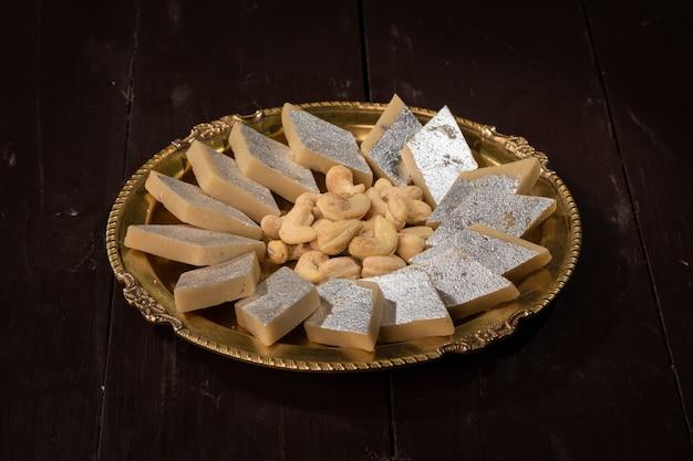 Aliments sucrés traditionnels indiens kaju katli, à base de noix de cajou et de mawa, c'est le roi du sucré indien en inde