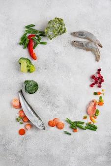 Aliments surgelés sur la table