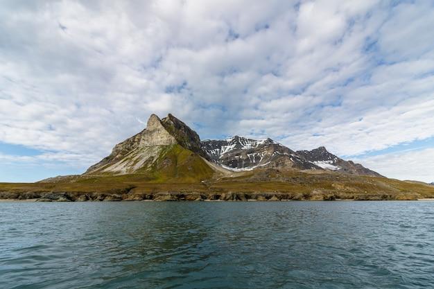 Alkehornet aka alkhornet aka alkepynten, montagne d'oiseaux à svalbard, norvège