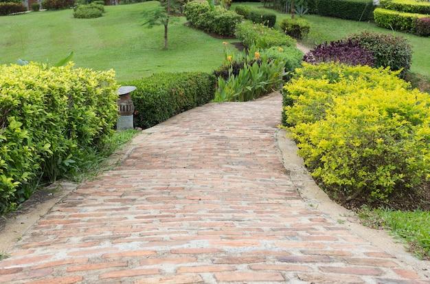 Allée de briques dans un jardin verdoyant