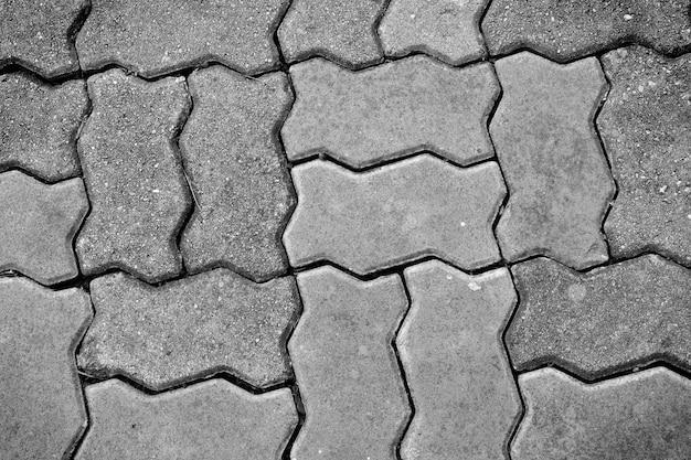 Allée de briques noires et blanches dans un parc public
