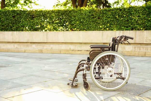 Allée de fauteuil roulant dans le parc. fauteuil roulant pour handicapés.
