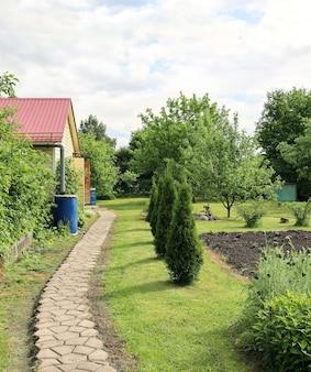 Allée de jardin à la maison sur parcelle