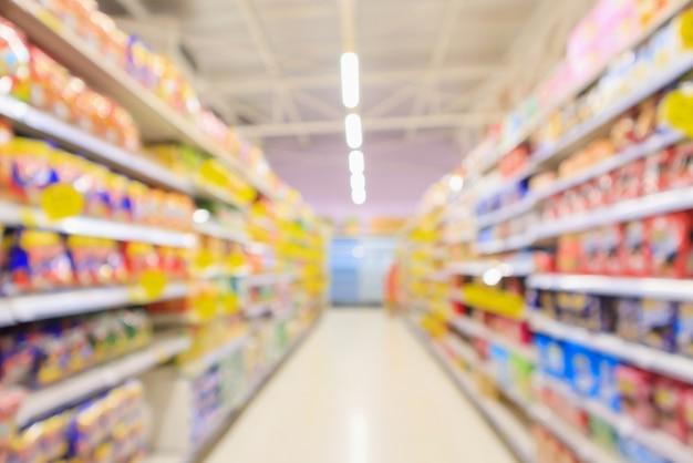 Allée de supermarché avec flou défocalisé intérieur des étagères de produits