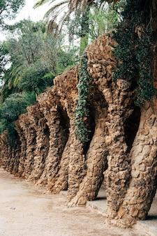 Allées de marche dans le parc guell barcelone espagne
