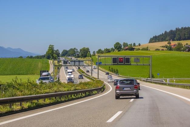 Allemagne. jour d'été. circulation automobile sur une autoroute de campagne