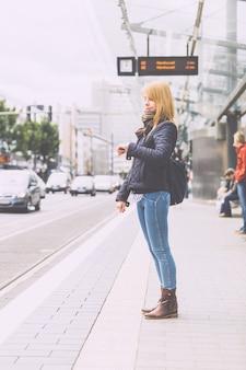 Allemande blonde fille à l'arrêt de tram à bonn