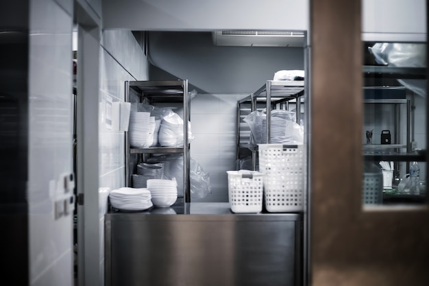 Aller à la cuisine de l'hôtel avec porte en fer