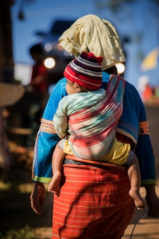 Aller ensemble, tribu de la colline de daraang à chiangmai nord de la thaïlande