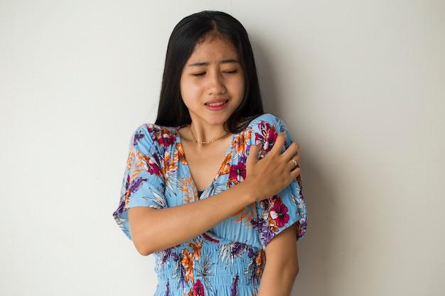 Allergie. la peau qui gratte. les mains des femmes sont rayées,