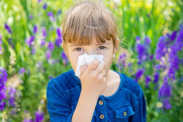 Allergie saisonnière chez un enfant. coryza.