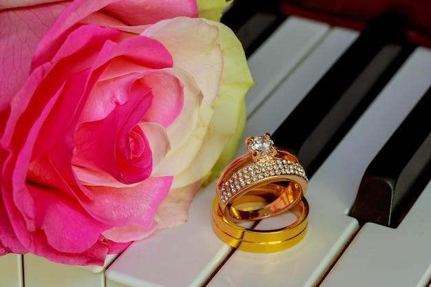 Alliances sur un clavier de piano et des fleurs
