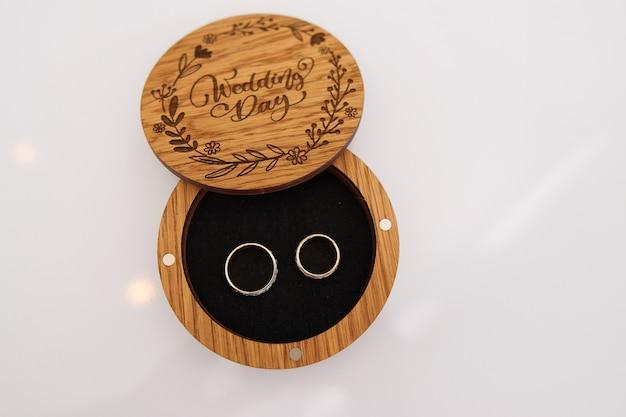 Alliances dans une boîte en bois