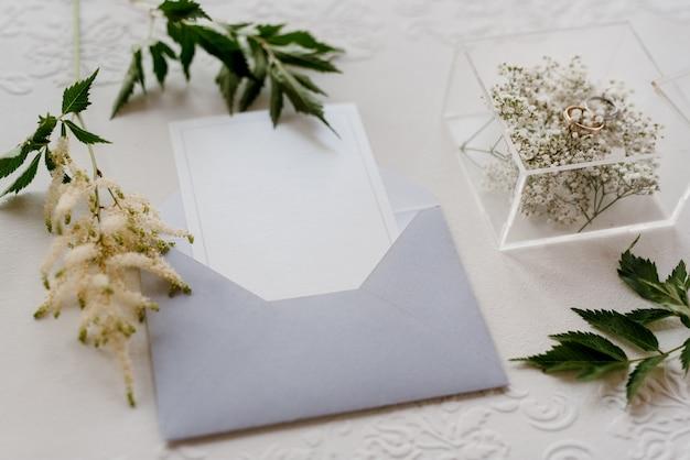 Alliances avec une décoration de mariage grise