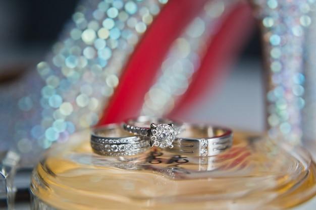Alliances de luxe avec diamants sur fleurs