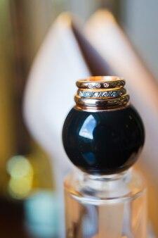 Alliances de luxe avec diamants sur fond de fleurs, gros plan.