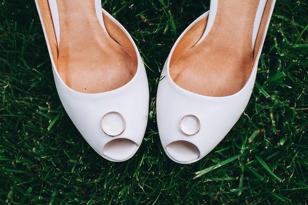 Les alliances se bouchent sur les chaussures de la mariée.