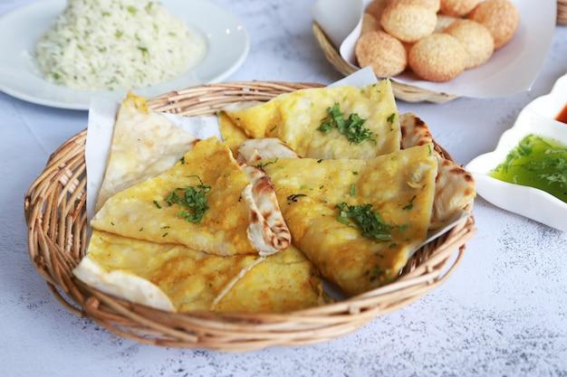 Allo naan indian food les végétariens mangent avec sauce au curry, inde food bio fait maison au restaurant
