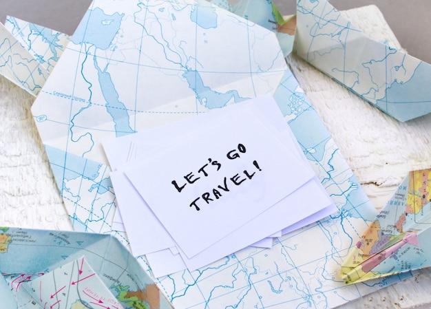 Allons voyager texte. enveloppe, carte, pays