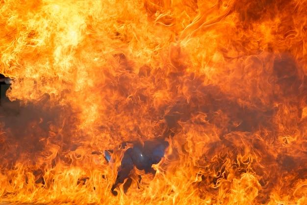 Allumage de flammes de feu avec du mazout, essence brûlant dans un récipient