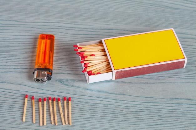 Allumette et briquets sur la table en bois de couleur.