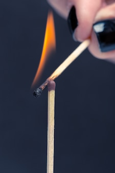 Allumette brûlante