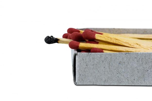 Allumette brûlée sur une allumette de boîte ouverte isolée sur fond blanc