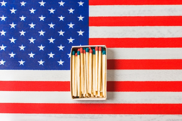 Allumette rouge et bleue sur le drapeau américain