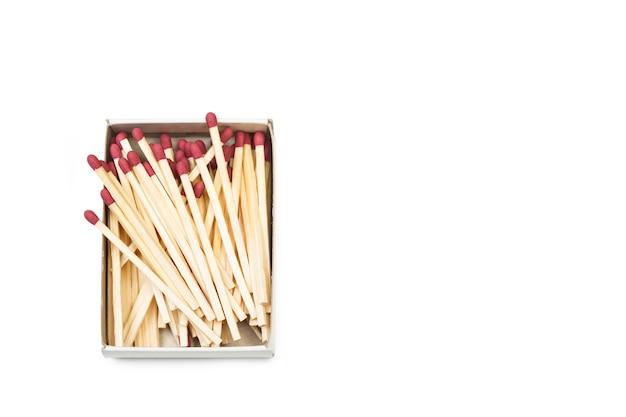 Allumettes en bois avec tête rouge dans une boîte d'allumettes et espace de copie