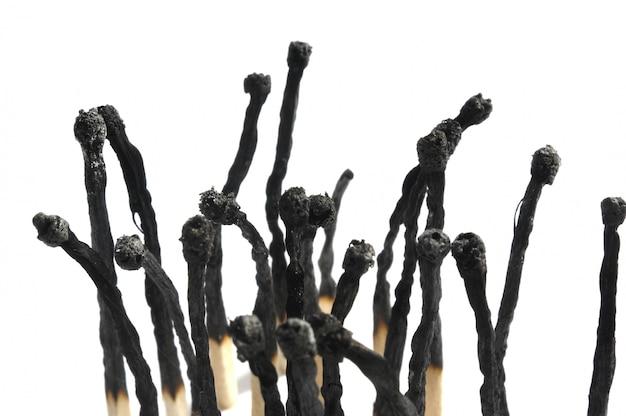 Allumettes brûlées sur fond blanc
