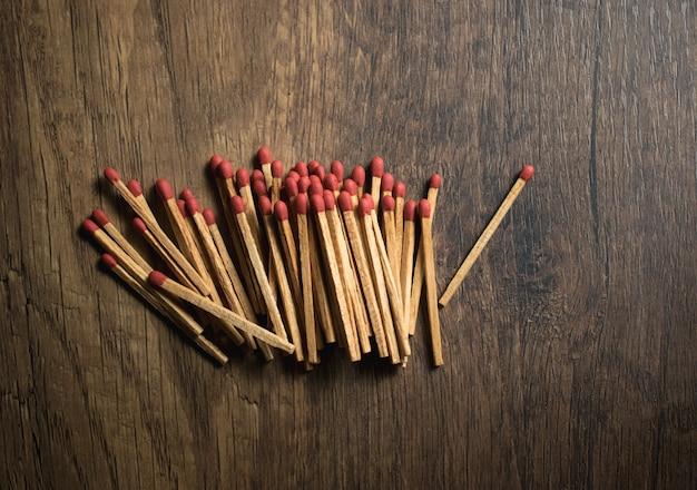Allumettes sur table en bois