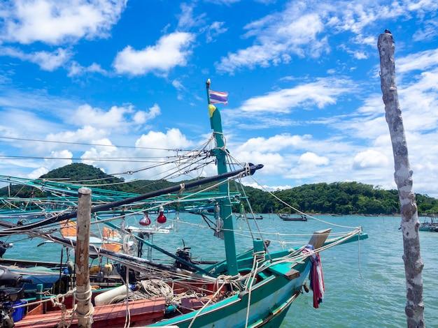 Allumez des lampes et de nombreuses cordes en désordre sur un bateau de pêcheur local en bois au quai.