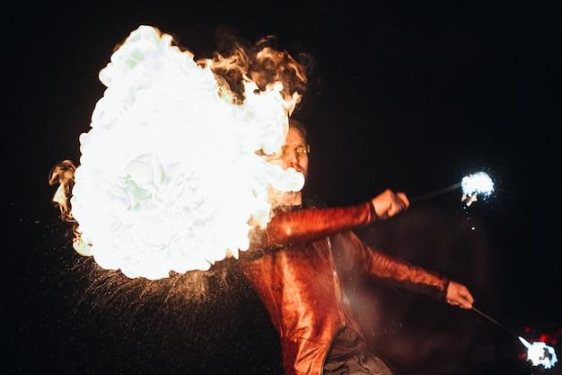 Allumez le spectacle de feu nocturne avec la participation des gens, allumez et ouvrez le feu